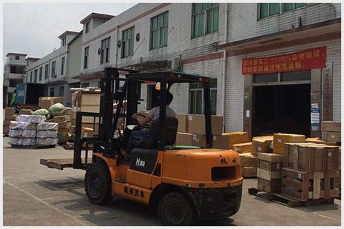 东际国际员工正在搬运货物