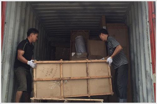 东际国际员工正在给货物进行装车